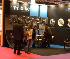 stand eMobike y equipo comercial